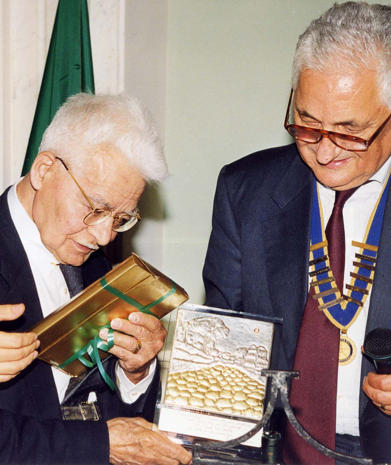 """La targa d'argento del premio """"Una vita per la vita"""" - Roma, 27 maggio 1997"""